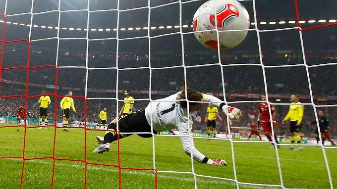 Die Entscheidung: BVB-Keeper Roman Weidenfeller streckt sich vergeblich nach einem Schlenzer von Arjen Robben.