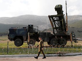 Jederzeit feuerbereit: Am Stadtrand von Kahramanmaras zielen deutsche Raketen in einen leeren Himmel.