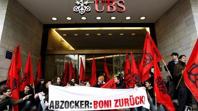 Mitglieder der Jungen Sozialisten demonstrieren vor der größten Schweizer Bank gegen Bonuszahlungen.