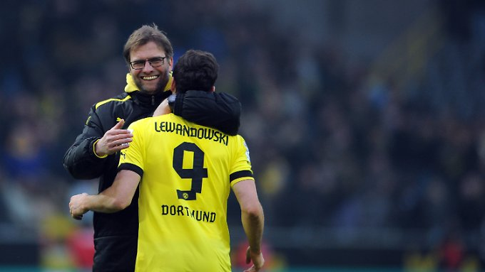 BVB-Coach Jürgen Klopp herzt Doppeltorschütze Robert Lewandowski.