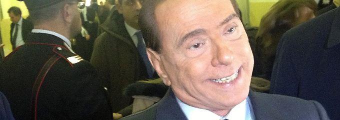 Gereizt antwortet Berlusconi auf die Fragen der Pressevertreter.