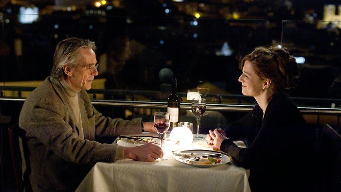 Gregorius kommt der Optikerin Mariana (Martina Gedeck) näher.