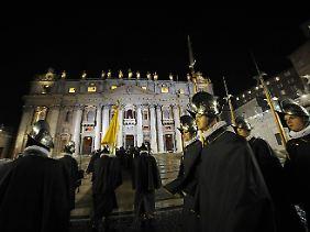 Die Schweizer Garde zog auf den Petersplatz, bevor Franziskus sich zeigte.