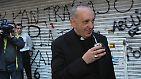 Auch wenn er solch extreme Armut nicht erlebt hat: Er ist einer aus ihrer Mitte - ansprechbar und mitfühlend. Was seinem Vorgänger im Papstamt anging, bringt er mit: Franziskus ist eher Seelsorger als Theologe.
