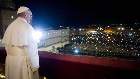 Und dann ist er da: Papst Franziskus tritt auf die Loggia
