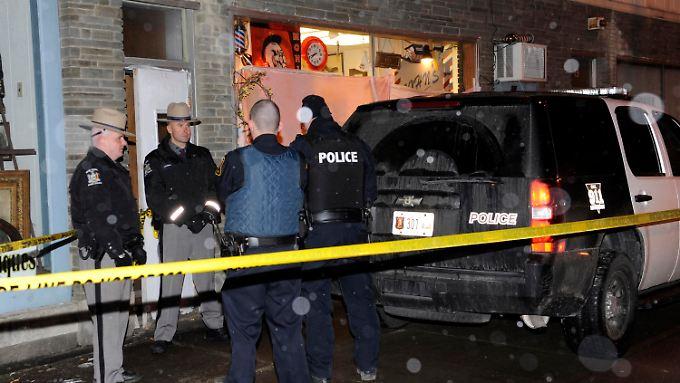 Polizeikräfte vor dem Frisörsalon, in dem zwei Menschen starben.