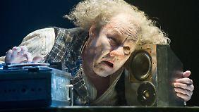 """Brandauer als Krapp in Becketts Inszenierung """"Das letzte Band""""."""