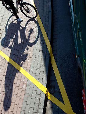 Mit Klebestreifen ist auf einem Radweg in Münster ein toter Winkel markiert.