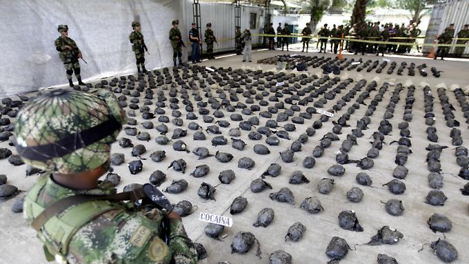 Im Militärstützpunkt Tumaco wird der Fund präsentiert.
