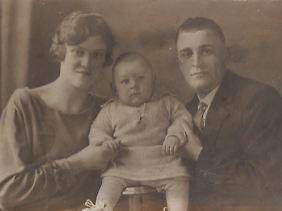 """Das """"Beweisfoto"""": Merkels Vater (Mitte) mit den Großeltern der Kanzlerin."""