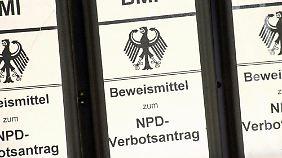 Die Aktenordner zum NPD-Verbotsantrag der Bundesregierung.
