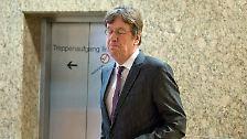 """Der Moderator Jörg Kachelmann prägte das Unwort des Jahres 2012 - er hatte nach seinem Freispruch vom Vorwurf der Vergewaltigung davon gesprochen, dass Frauen in der Gesellschaft ein OPFER-ABO hätten. Die Jury kritisierte den Begriff dafür, dass er Frauen pauschal und in inakzeptabler Weise"""" unter den Verdacht stelle, sexuelle Gewalt zu erfinden und damit selbst Täterin zu sein"""". (abe/dpa)"""