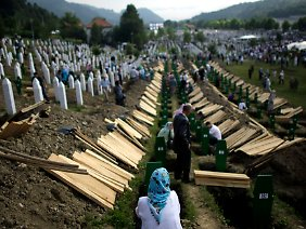 Bei der Beisetzung der 775 jüngst identifizierten Opfer.