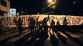 In Nikosia protestierten Hunderte Menschen gegen Sparmaßnahmen.