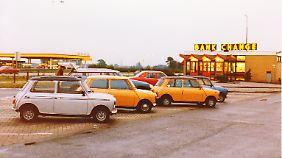 Minis in Belgien auf einem Parkplatz in den 70er Jahren.
