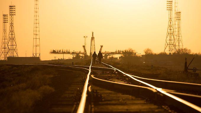 """Schienenstränge führen zum Startplatz der """"Sojus"""" in Baikonur."""