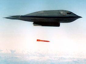 B-2-Bomber beim Abwurf einer Übungsbombe: Der Oberbefehlshaber bestimmt, was im Ernstfall auf der anderen Seite der Erde aus dem Bombenschacht fällt.
