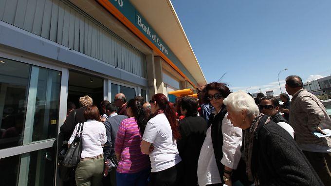 Die Banken der Mittelmeerinsel haben erstmals seit fast zwei Wochen wieder geöffnet.