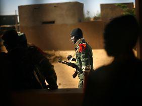 Die malischen Soldaten werden unterstützt von französischen Einheiten.