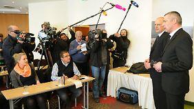 Vor Journalisten stellen Wulffs Anwälte klar, das Angebot der Ermittler nicht anzunehmen.
