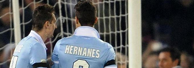 Miroslav Klose feuert seinen Kollegen Anderson Hernanes an - doch es hilft nichts.