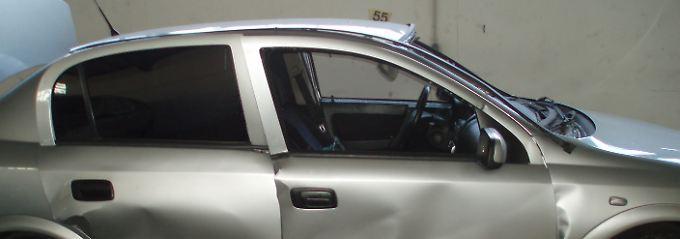 Das hält kein Auto aus: Der zerstörte Opel Astra nach der Explosion.
