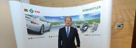 Schaeffler-Chef Jürgen Geißinger in Herzogenaurach hinter einem großen Kugellager. Seit 2009 gehören Schaeffler und Conti zusammen.