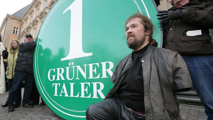 """Der """"Grüne Taler"""" ist ein Zeichen des Protests der Contergan-Opfer gegen die Firma Grünenthal."""