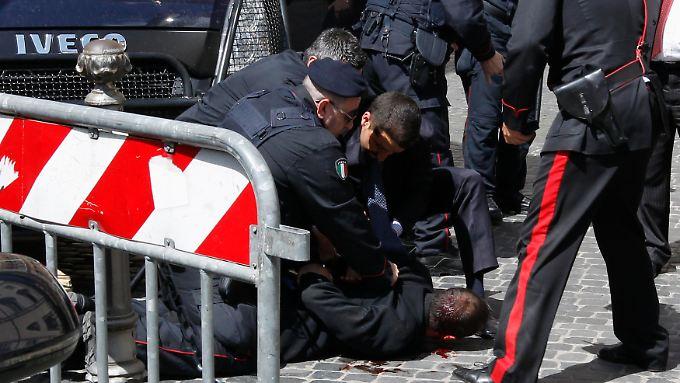 Polizisten nehmen den mutmaßlichen Schützen fest.