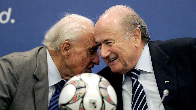 Der Lehrmeister und sein Musterschüler: Unter dem langjährigen Fifa-Präsidenten Joao Havelange wurde die Fifa zum Korruptionsstadel. Ein System, das Joseph Blatter (r.) nach seiner Amtsübernahme 1998 weiter gedeihen ließ.