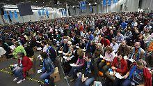 In der Messehalle B5 folgen 7000 Zuhörer den Auslegungen Käßmanns.
