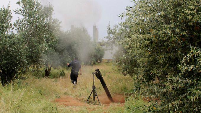Ein Rebell feuert bei Daraa eine Granate ab.