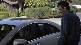 Nimoy (im Auto) spielt seinen Filmtod nach, Quinto amüsiert sich.