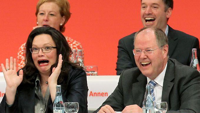 Warten auf das, was kommen mag: Generalsekretärin Nahles und Kanzlerkandidat Steinbrück nehmen es mit Galgenhumor.