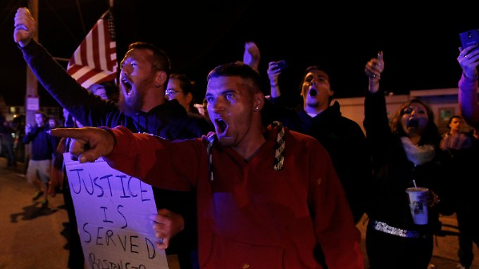 Amerikaner protestieren gegen eine etwaige Beerdigung des Attentäters in North Attleborough.