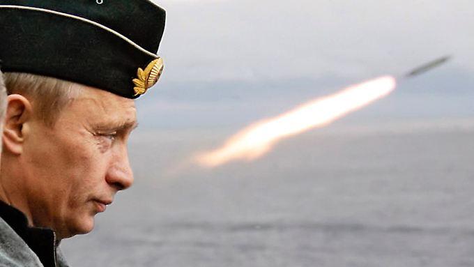 Präsident Putin zeigt sich nicht nur gern mit Waffen russischer Bauart, er verdient auch gern Geld damit.