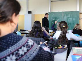 Zum Schuljahresbeginn sind oft zu wenig Lehrer da.
