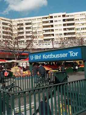 Die Jungen standen am einschlägig bekannten Kottbusser Tor in Berlin.