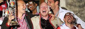 """""""Die ganze Welt hinter sich zu wähnen, ist auch eine Form der Bescheidenheit"""": Matthias Sammer, hier mit Arjen Robben, links, und Franck Ribéry bei der Meisterfeier."""