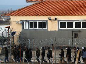 Illegale Einwanderer werden häufig in Übergangslagern untergebracht.