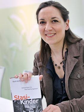 Ruth Hoffmann, geboren 1973 in Hamburg, verarbeitete für ihr Buch Interviews mit Zeitzeugen.