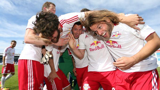 Der Leipziger Bastian Schulz (l-r), Henrik Ernst und Sebastian Heidinger feiern den Aufstieg in die 3. Bundesliga.