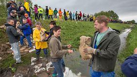 Tausende Helfer füllen Sandsäcke: Wasser strömt mit Wucht in die Orte