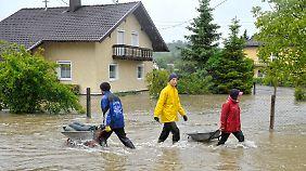 Das Wasser steigt unaufhörlich: Anwohner retten, was zu retten ist