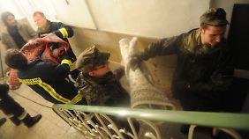 Bundeswehr-Soldaten helfen Teppiche aus einem Geschäft in der Altstadt von Passau zu retten.