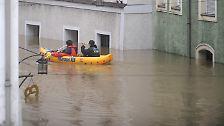 ... oder per Schlauchboot machen sich die Menschen auf den Weg.
