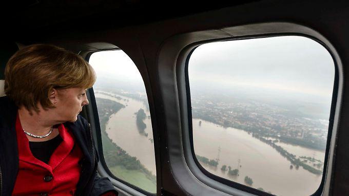 Land unter: Die Bundeskanzlerin auf dem Flug nach Pirna.