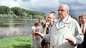 Helmut Kohl im September 1997 im Oderbruch.