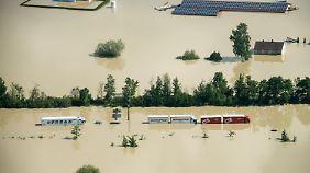 Auf der von der Donau überfluteten Autobahn A 3 nach Deggendorf.