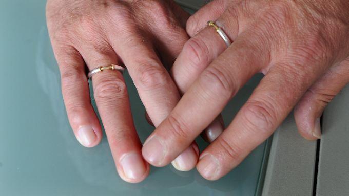 Auf dem Weg zur richtigen Ehe: Mit Hilfe aus Karlsruhe wird die Homo-Ehe immer gleicher.